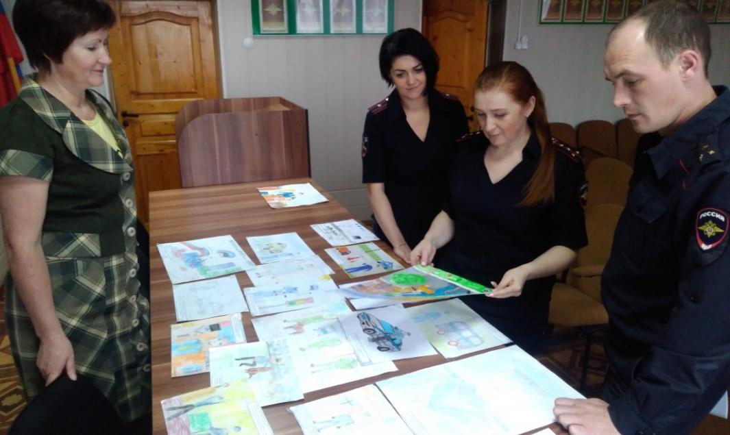 Полицейские и общественники подвели итоги конкурса детского рисунка.